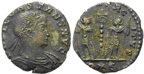 AE4 de Constante I. GLOR-IA EXERC-ITVS. Un estandarte entre dos soldados. Roma. Image