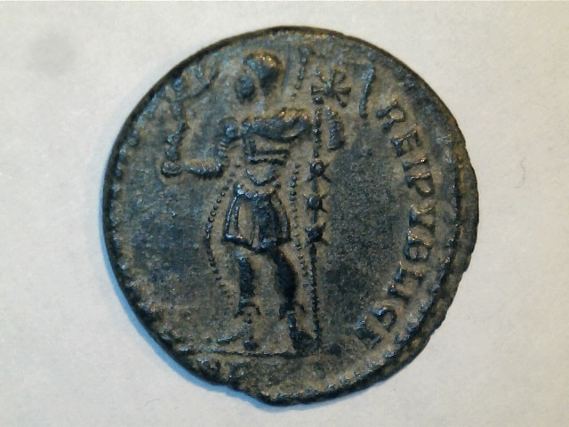 AE2 de Magnencio. FELICITAS REI PVBLICE. Emperador estante a izq. Ceca Lugdunum. 5_3_72