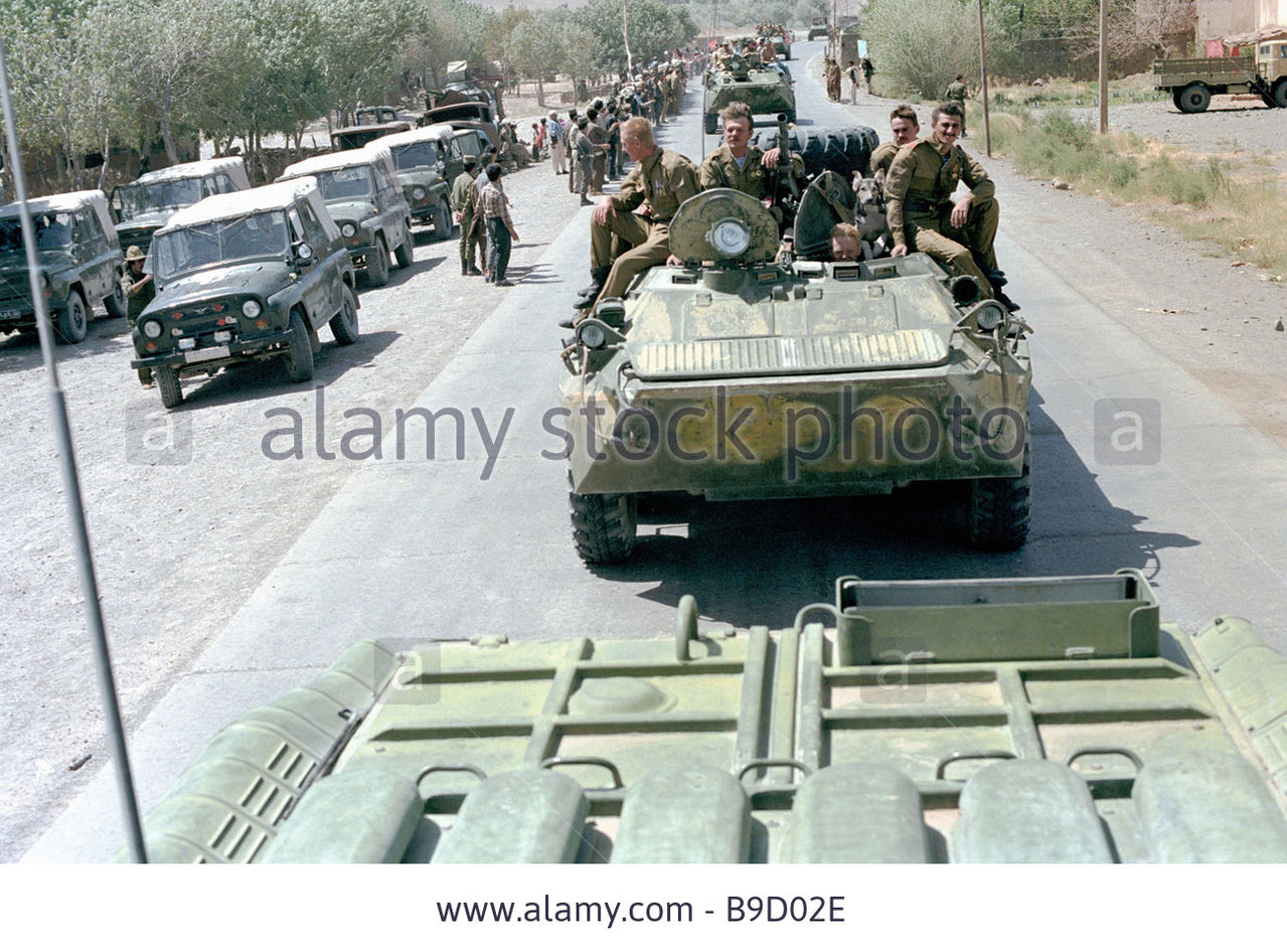 Soviet Afghanistan war - Page 5 A_column_of_armored_personnel_carriers_leaves_ka