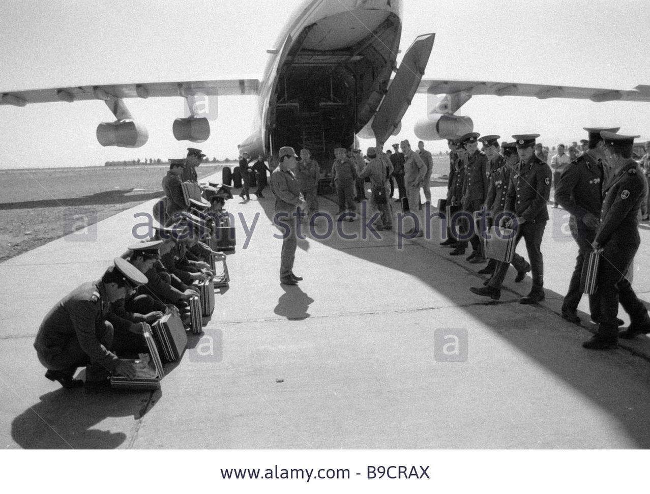 Soviet Afghanistan war - Page 5 Demobbed_soviet_soldiers_getting_ready_to_fly_ho