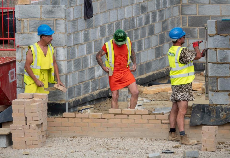 Bị cấm mặc quần soóc,nam công nhân rủ nhau diện váy đến công trường Bi-cam-mac-quan-soocnam-cong-nhan-ru-nhau-dien-vay-den-cong-truo