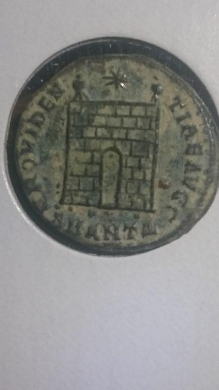 AE3 de Crispo híbrido. PROVIDEN-TIAE AVGG. Puerta de Campamento 2 torres. Ceca Antioch. 2_91gr