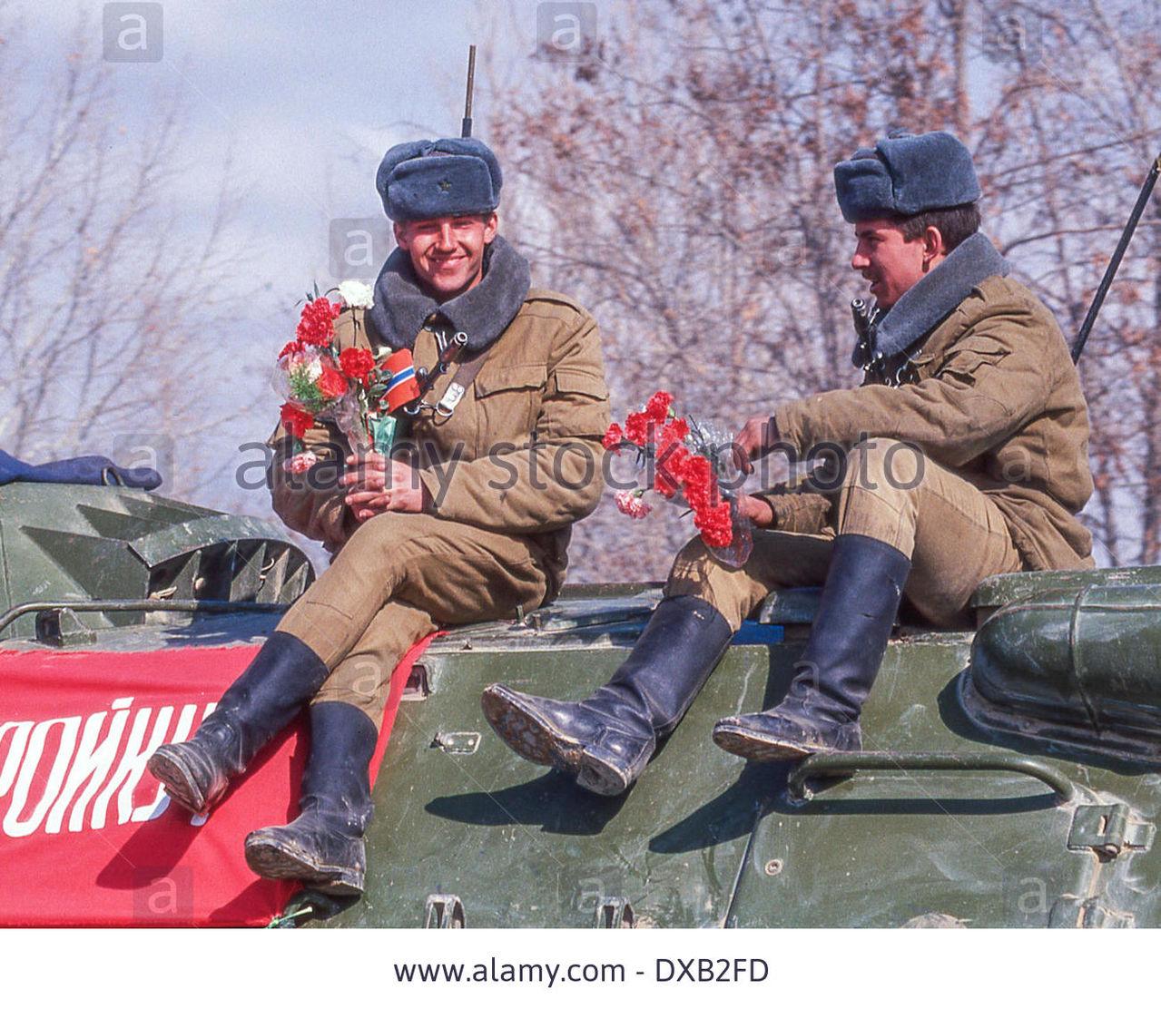 Soviet Afghanistan war - Page 5 Feb_17_1989_termez_uzbekistan_ru_holding_flowers
