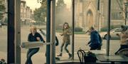 Episodio 4: Nolite Te Bastardes Carborundorum Handmaids-tale-running-into-grand-cafe-1024x511