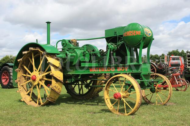MARCAS POCO CONOCIDAS - Página 18 Waterloo_boy_tractor
