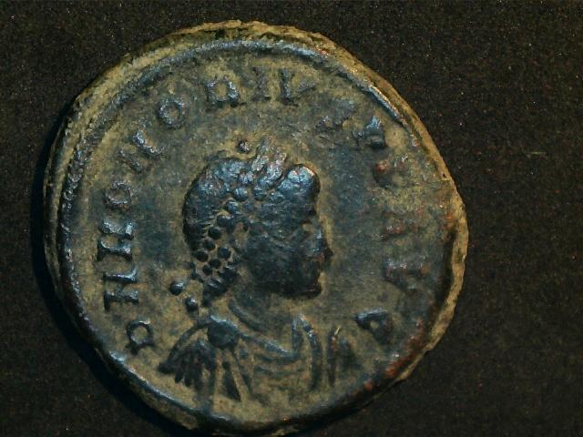AE2 de Honorio. GLORIA ROMANORVM. Emperador estante de frente. Ceca Constantinopla. 2016_12_16_0003_0_X