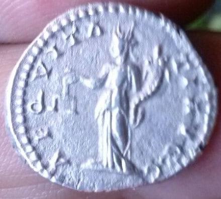 Denario de Septimio Severo. AEQVITATI AVGG. Aequitas estante a izq. Ceca Roma. 860aa8a2_20a4_4637_8c5f_188a9500be39_2