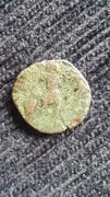 AE3 bajo imperio tipo GLORIA ROMANORVM con Emperador avanzando a dcha. arrastrando a cautivo. 20170923_090619
