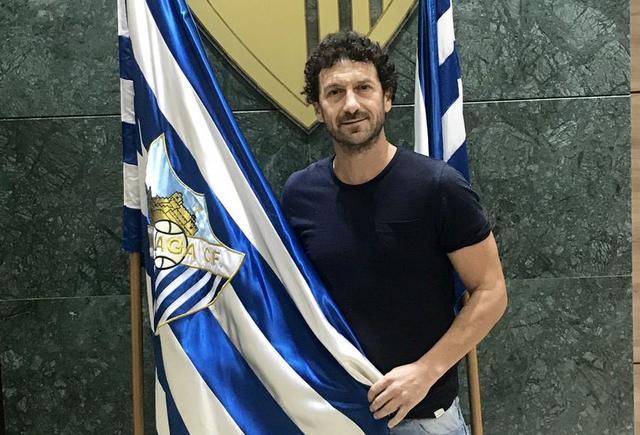 Juan Ángel Martín se une al Málaga CF como ojeador de jóvenes futbolistas Juan-_ngel-_Mart_n-posa-con-el-escudo-y-la-bander