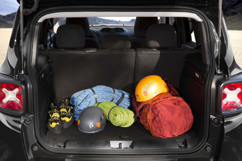 2014 - [Jeep] Renegade - Page 8 2015_Jeep_Renegade_rear_cabin
