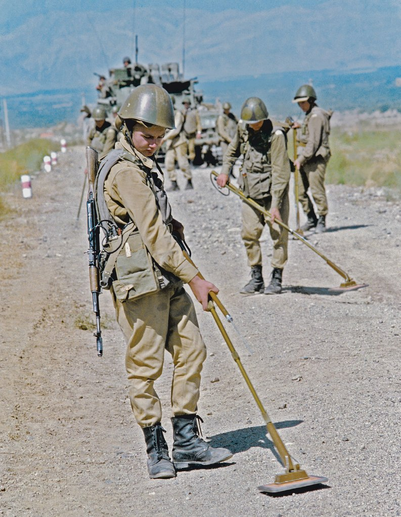 Soviet Afghanistan war - Page 5 Soviet_soldiers_search_for_landmines_on_a_road_i