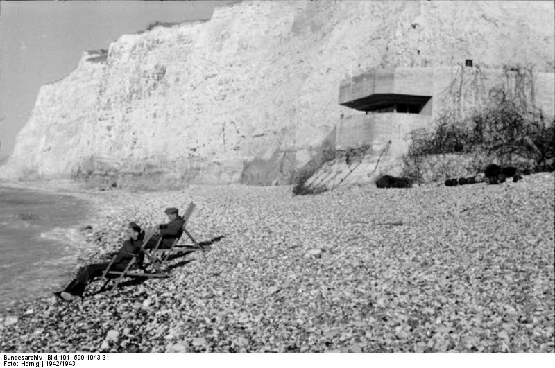 D-DAY 6η Ιουνίου 1944 20121019180537_Bundesarchiv_Bild_101_I_599_1043_31_Frankreich_Soldaten_im_Liegestuhl_vor_Bunker
