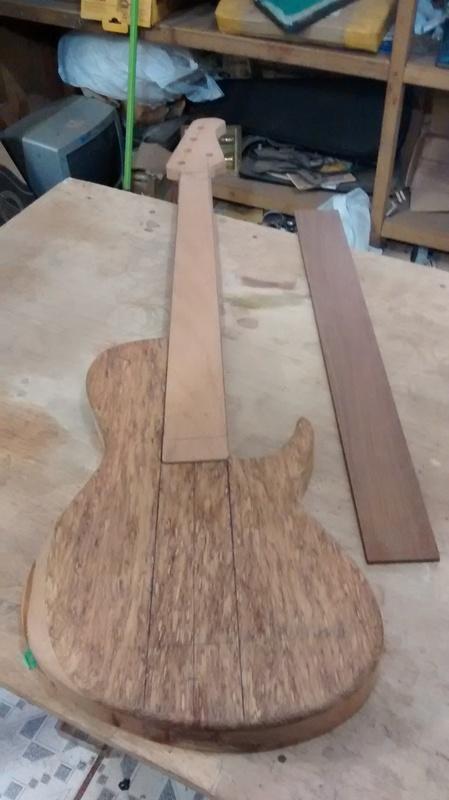 Projeto novo: Singlecut 5 cordas com headstock tipo Musicman (NS Luthieria) IMG_20141014_111645312_1