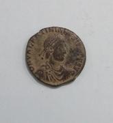 AE2 de Valentiniano II. REPARATIO REIPVB. Emperador estante de frente dando la mano a mujer arrodillada. Ceca Siscia. 20170126_100736_1