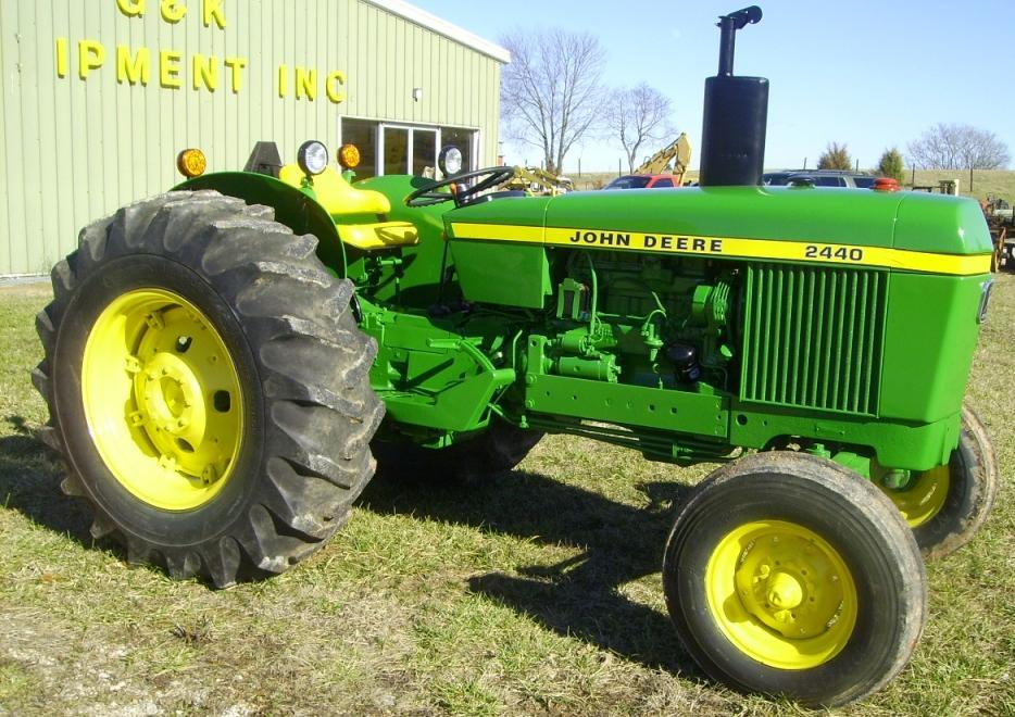 Hilo de tractores antiguos. JD_2440