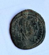AE4 de consagración de Constantino I. Constantino velado dirigiendo cuádriga a dcha. Bajo_cuadriga_1