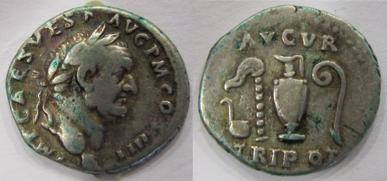 Denario Vespasiano. AVGVR TRIPOT. Instrumentos de sacrificio. Ceca Roma. Denario_Vespasiano_AUGUR_TRIPOT