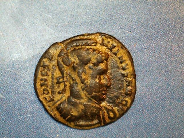 AE3 de Constantino I Magno. VICTORIAE LAETAE PRINC PERP. Dos Victorias estantes de frente, portando escudo. Ceca Ticinium. 2017-03-27_0005_0_X