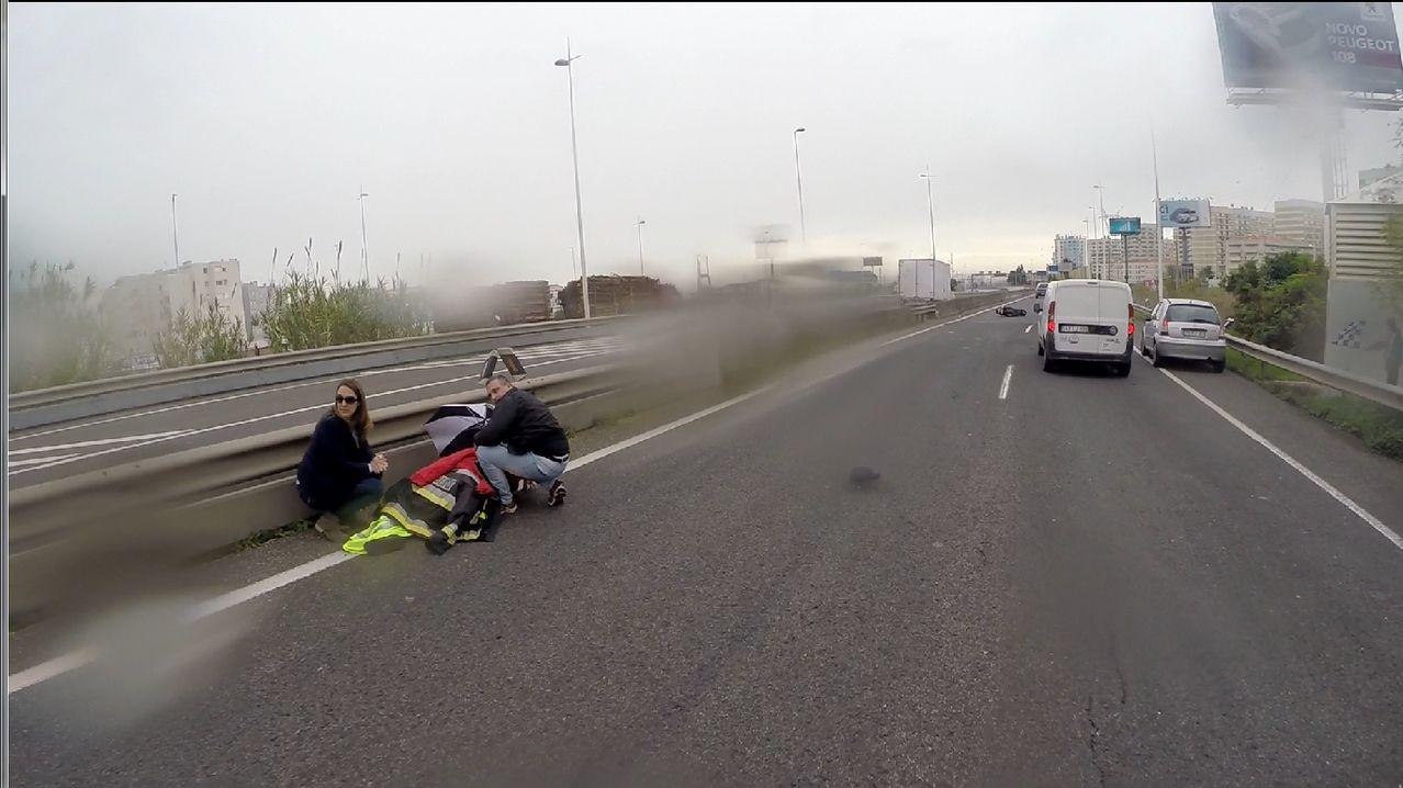 10-11-2014 - 9:15 - Duas scooters caídas... Image