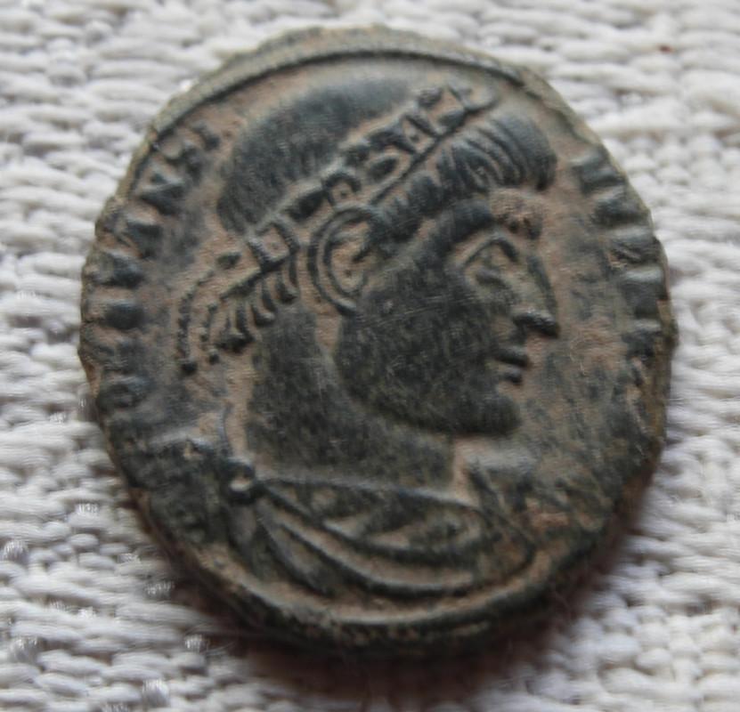 AE3 de Constantino I Magno. GLOR-IA EXERC-ITVS. Dos estandartes entre dos soldados. Ceca Arles. Bajoa
