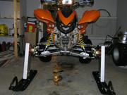 Skidor på en quad ATV P2264597