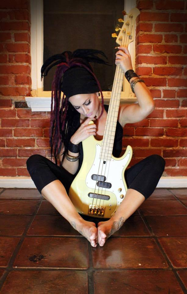 Fotos de mulheres tocando baixo. TOPICO PARA CONEXOES RAPIDAS - Parte II - Página 12 Bassw