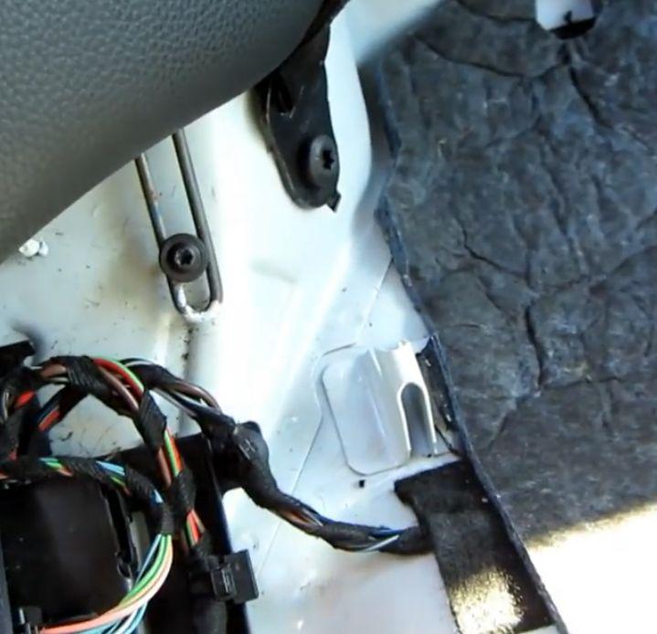 (W204): Como retirar o assento traseiro Gancho