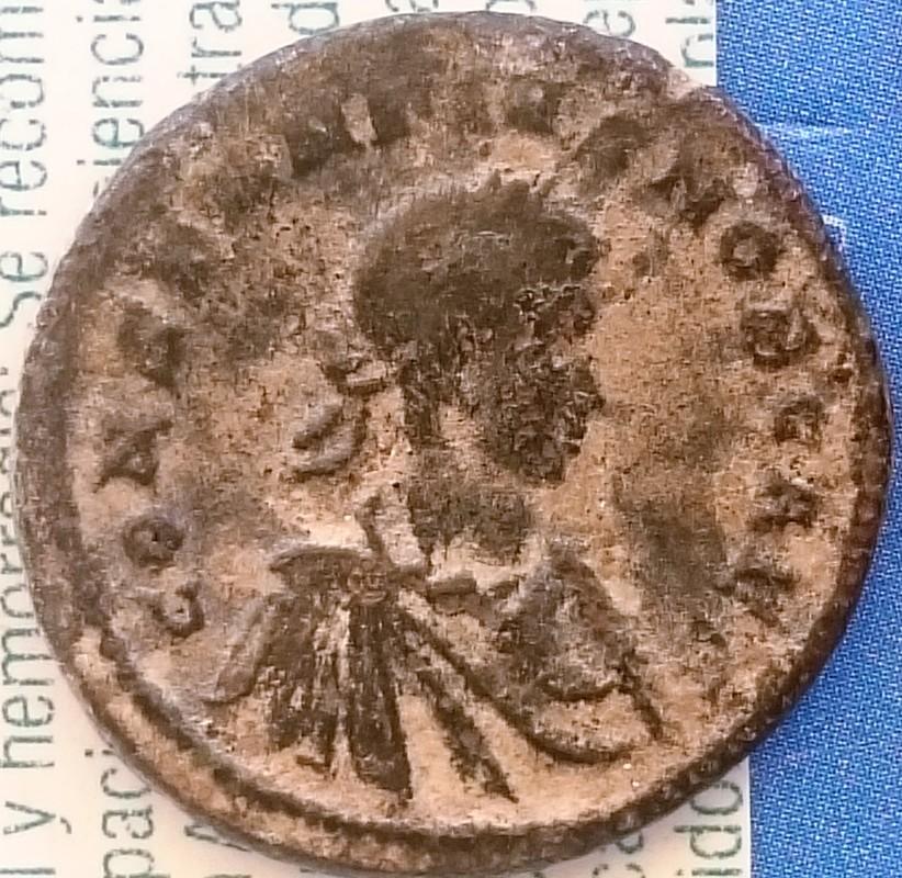 AE3 de Constancio II. PROVIDEN-TIAE CAESS. Puerta  de campamento de dos torres, Ceca Trier.  DSC_0023