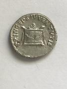 Denario de Domiciano. PRINCEPS IVVENTVTIS. Altar engalanado e iluminado. Ceca Roma. IMG_0380