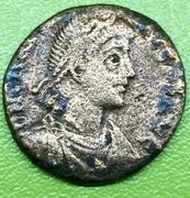 AE2 bajo imperio tipo REPARATIO REIPVB, emperador estante a izq. dando la mano a mujer arrodillada. Thumb_IMG_4666_1024