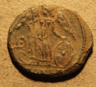 Conmemorativa de Constantinopolis. Victoria estante a izq. sobre  proa. Ceca Arles. Urbscruz