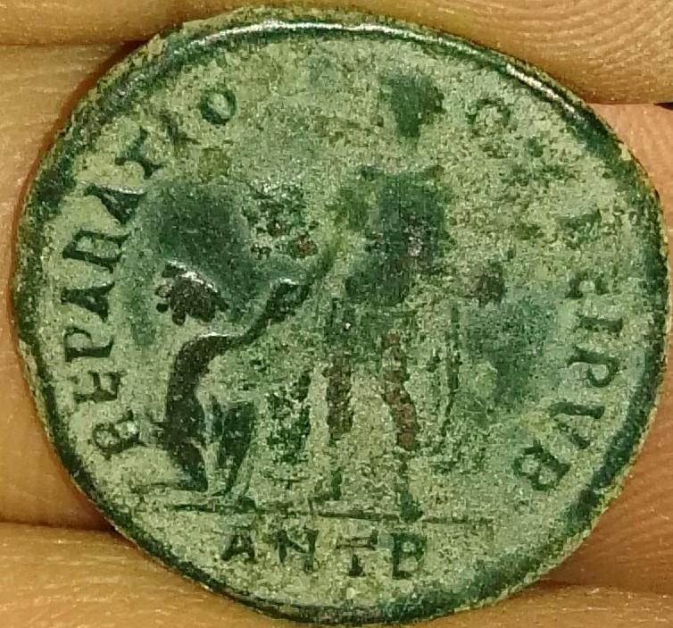 AE2 de Valentiniano II. REPARATIO REIPVB. Emperador estante de frente dando la mano a mujer arrodillada. Ceca Antioch. IMG_20170116_125351
