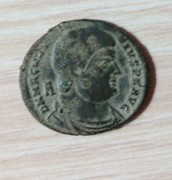 AE2 de Magnencio. GLORIA ROMANORVM. Emperador a galope a dcha. lanceando a bárbaro. Ceca Arles. IMG_20170306_205529