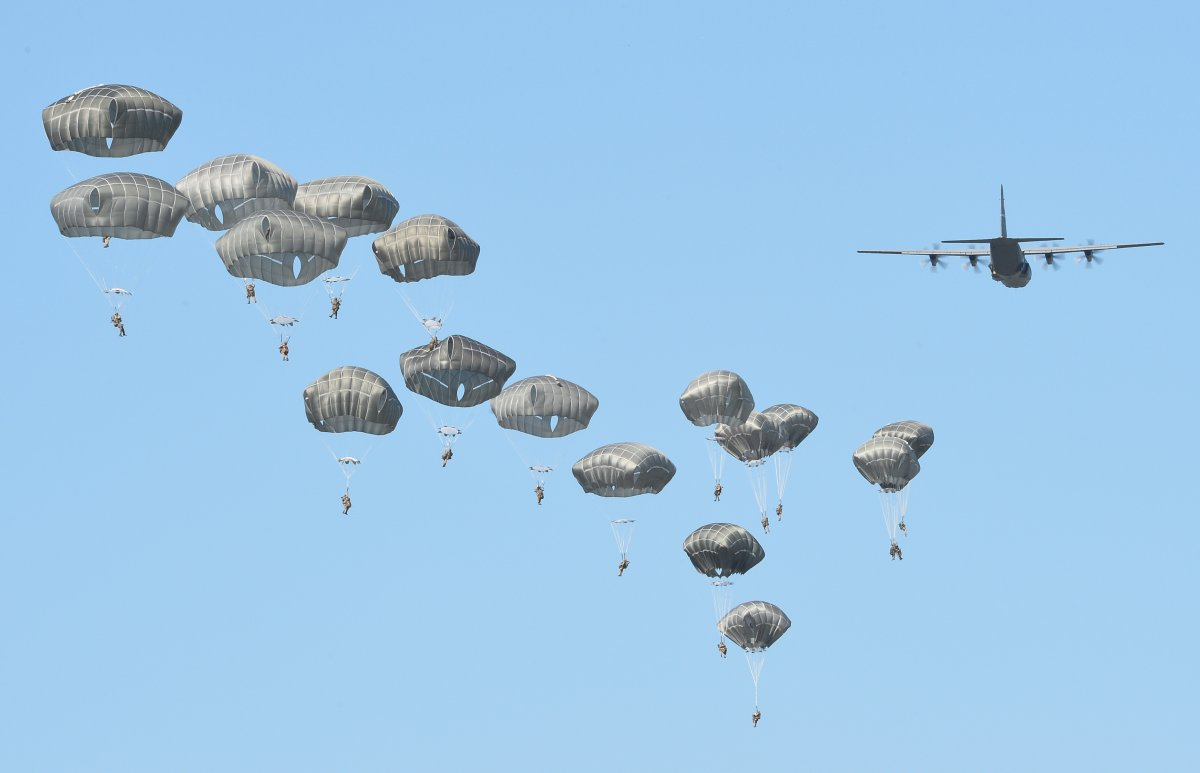 NATO/US Military Build up in Eastern Europe-Russian borders - Page 8 Airborne_forces_from_the_us_great_britain_and_po