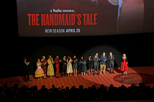 "Premiere de ""Handmaids tale"" season 2 Max_Minghella_O_T_Fagbenle_Premiere_Hulu_Handmaid_r6bw_ANi_NCZMl"