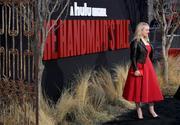 """Premiere de """"Handmaids tale"""" season 2 Elisabeth_Moss_Premiere_Hulu_Handmaid_Tale_v1v3-_R87qx_Yl"""