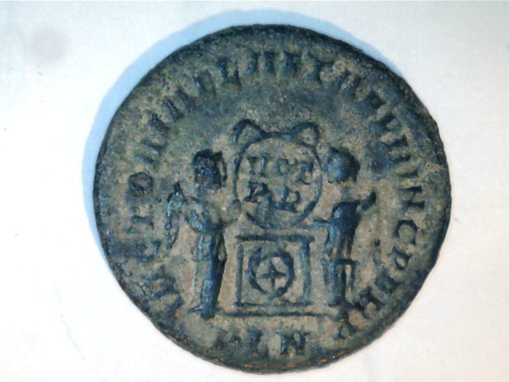 AE3 de Constantino II. VICTORIAE LAETAE PRINC PERP. Dos Victorias. Ceca Londinium. Image