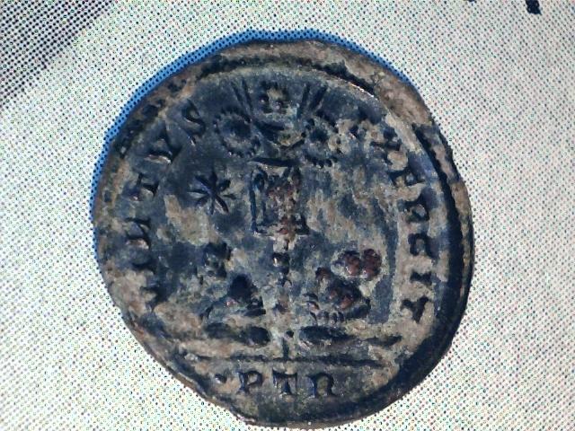 AE3 de Constantino I Magno. VIRTVS EXERCIT. Trofeo. Ceca Tréveri. Image