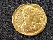 Sólido de Arcadio. VICTORI-A AVGGG. Emperador. Mediolanum. R260_1