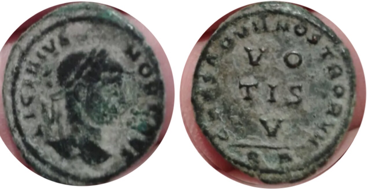 Follis de Licinio II. CAESARVM NOSTRORVM - VO / TIS / V. Ceca Arlés. Licinio_II