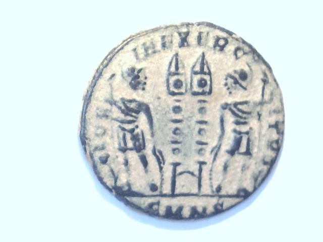 AE3 de Constantino II. GLOR-IA EXERC-ITVS. Ceca Nicomedia. Image