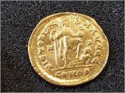 Sólido de Arcadio. VICTORI-A AVGGG. Emperador. Mediolanum. R260