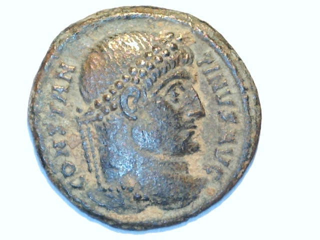 AE3 de Constantino I Magno. VIRTV-S AVGG. Puerta campamento. Ceca Arlés. Image