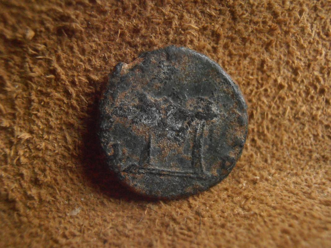 Radiado póstumo de Claudio II de factura hispana. CONSECRATIO. Altar con llama y engalanado. P5270214