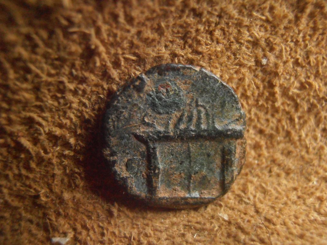 Radiado póstumo de Claudio II de factura hispana. CONSECRATIO. Altar con llama. P5270216