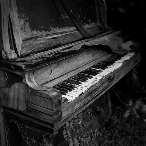 Foto bardh e zi! Black-and-white-old-piano-Favim.com-457357