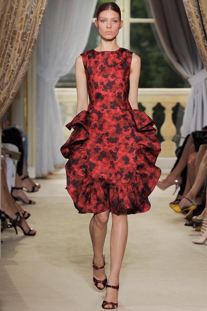 Гардероб наших леді в колекціях fashion дизайнерів - Страница 3 E1defbfb8a13a027a450cac99a554e23