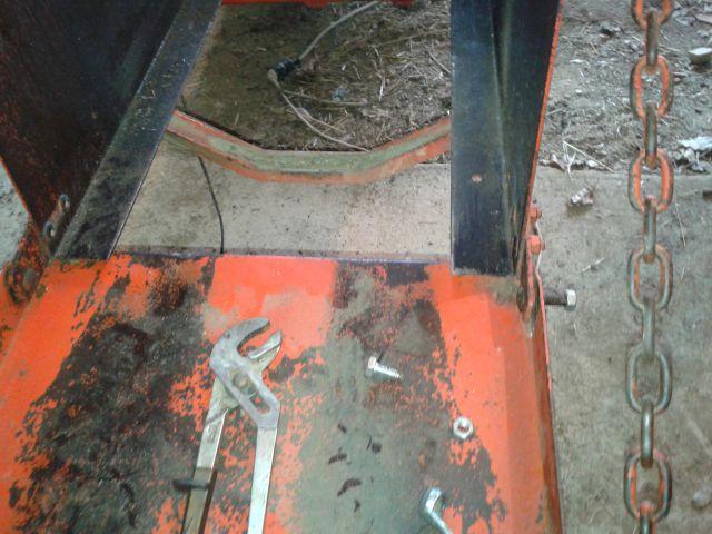 Preša Vazzolar-njen remont Izdelali-se-vijaki-za-pricvrstitev-izhodne-rampe