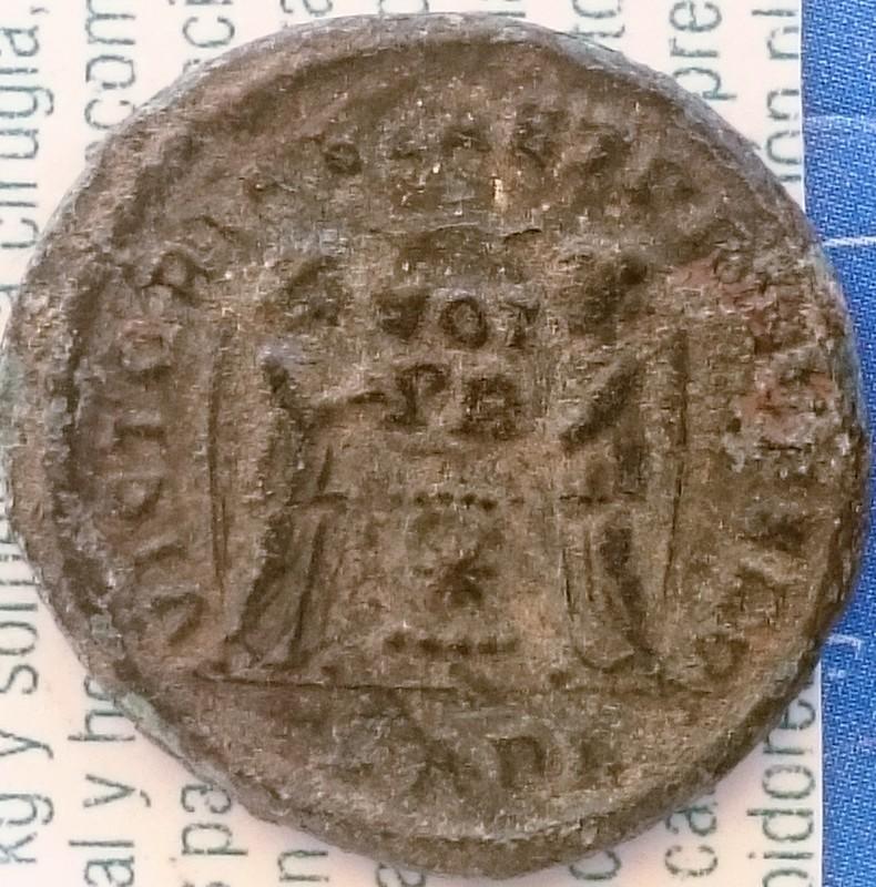 AE3 de Licinio I. VICTORIAE LAET PRINC PERP. Dos Victorias estantes enfrentadas. Ceca Arles. DSC_0008