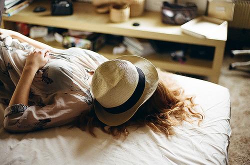 قبعات بنات روعة  Bed-bedroom-girl-hat-Favim.com-619606